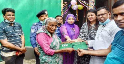 বৃদ্ধা আছিয়াকে পাঁকা ঘর উপহার দিলো শেরপুর জেলা পুলিশ