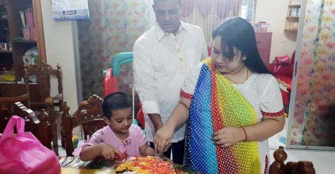 মায়ের জন্মদিনে অতিরিক্ত ডিআইজি বাবার সাথে কেক কাটলেন আদরজান